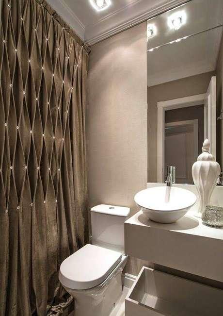 49. A cortina para banheiro é linda mesmo quando escura. Foto: Sua Nova Casa
