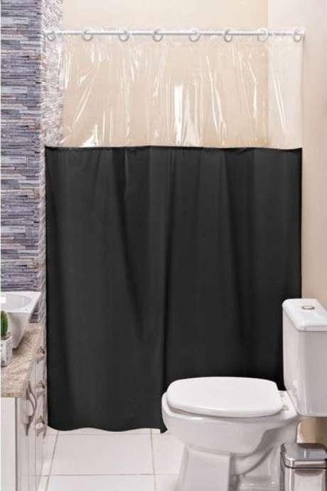 21. A cortina para banheiro também pode brincar com diferentes materiais. Foto: Mobly