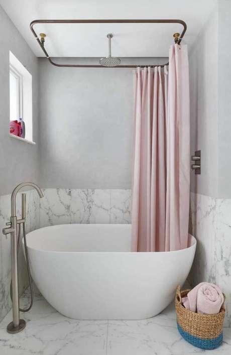 11. Esta cortina para banheiro, por exemplo, cobre toda a banheira. Foto: Decor Fácil