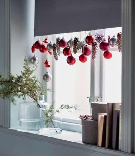 106. Enfeites de Natal fixados na cortina do ambiente. Fonte: Casa Cláudia