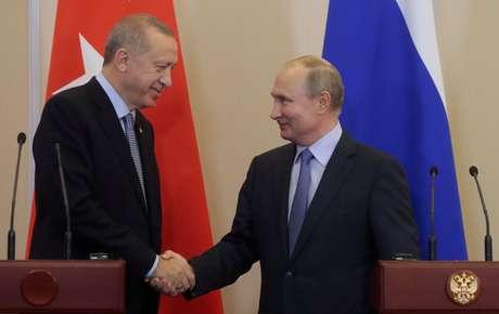 Presidente da Rússia, Vladimir Putin (à direita), cumprimenta o presidente turco Recep Tayyip Erdogan durante entrevista coletiva conjunta em Sóchi, Rússia  22/10/2019 Sergei Chirikov/Pool via REUTERS