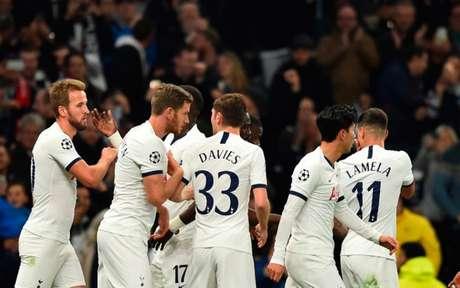 Kane comemora gol que abriu o placar no Estádio do Tottenham (Foto: GLYN KIRK / AFP)