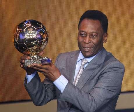 Pelé recebe troféu durante homenagem na premiação da Bola de Ouro da Fifa, em Zurique, na Suíça (13/01/2014)