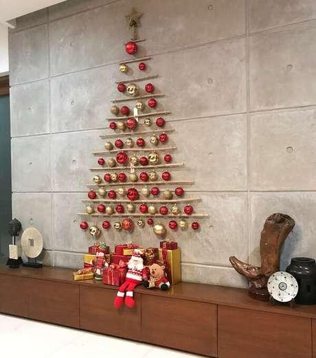 6. Árvore de Natal de parede feita com galhos e bolinhas coloridas. Fonte: Pinterest