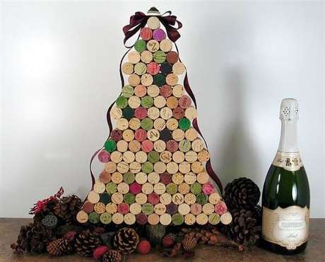 84. Árvore de Natal feita com rolhas de garrafa. Fonte: Styleat Home