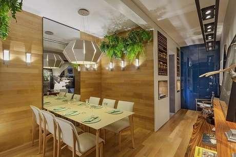 1. As samambaias da sala de jantar purificam o ar do ambiente. Projeto por Laura Santos