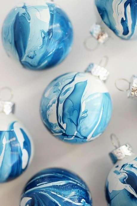 17. Que tal investir em modelos diferentes de bolas para árvore de natal? Elas vão dar um ar bem moderno para a sua decoração. Foto: Jutarnji List