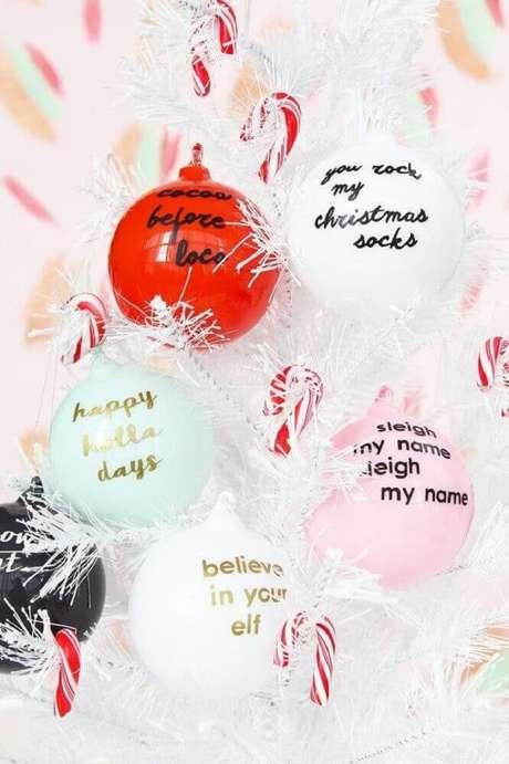 18. Alguns enfeites de natal podem deixar sua casa bem colorida. Foto: Brit + Co