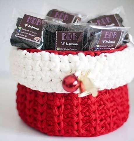 87. Crie seu próprios enfeites de Natal, como esse cestinho feito com linha de malha. Fonte: Pinterest