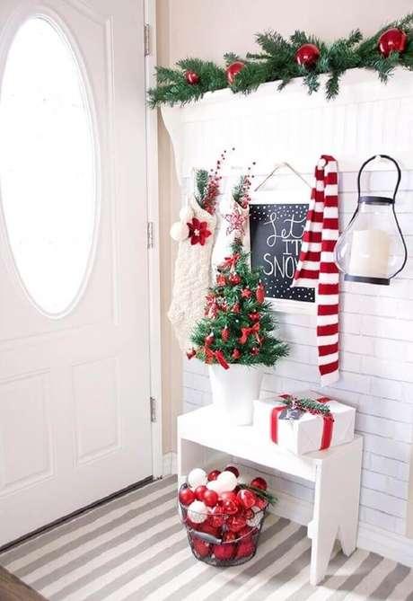 23. Linda decoração para hall de entrada com enfeites de natal. Foto: CraftHoot