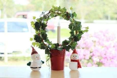 25. Os enfeites de natal trazem um ar acolhedor para o ambiente decorado. Foto: Istock