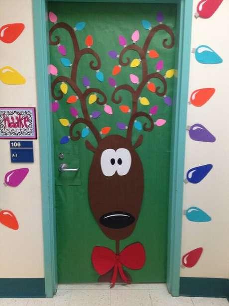 32. Decoração de porta com enfeites de natal artesanato. Foto: Clipgoo