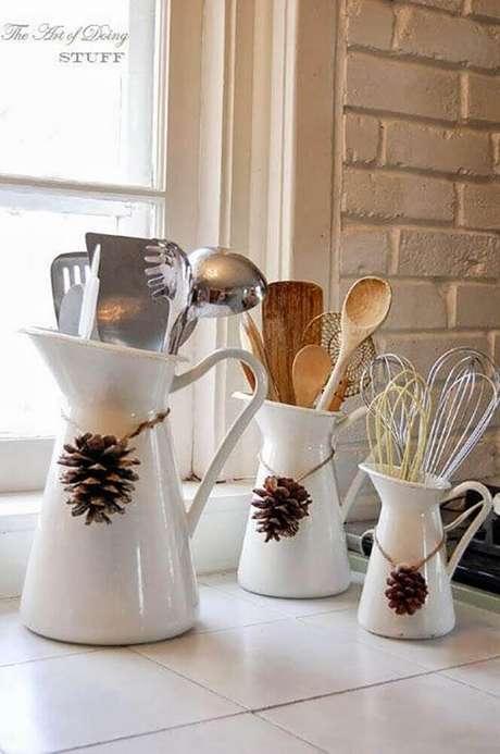 33. Pequenos detalhes já podem deixar a sua casa com o clima natalino. Foto: Round Decor