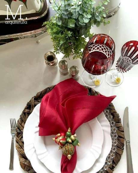 34. A mesa da ceia de natal precisa ter uma decoração bem especial. Foto: M. Arquitetura