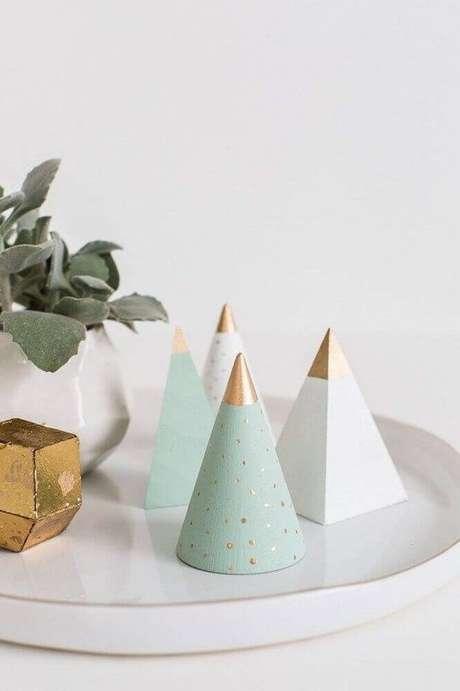 35. Decoração minimalista com enfeites de natal. Foto: A Crafted Passion
