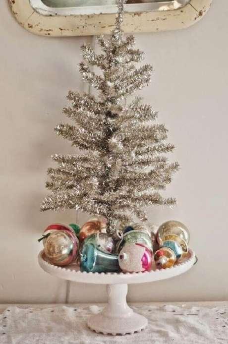 38. Decoração natalina com árvore prata e bolas de natal. Foto: Olive June