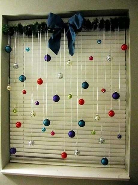 44. Decoração simples com enfeites de natal para janela. Foto: Wood Save