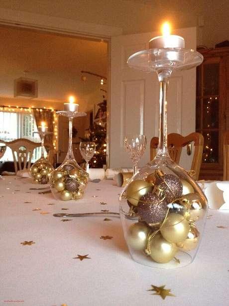 49. Que tal fazer seus próprios enfeites de natal para decorar a sua mesa da ceia? É fácil!. Foto: Decoration Maison