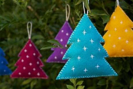 92. Enfeites de Natal feitos com tecido de feltro colorido. Fonte: Pinterest
