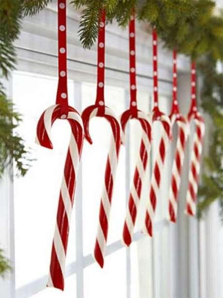 100. Enfeites de Natal fixados próximo a janela. Fonte: HomeKlondike