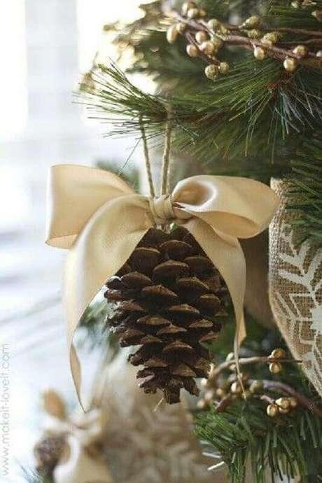 52. Lindo enfeite de natal para árvore com pinhas e laço de cetim. Foto: Pinterest
