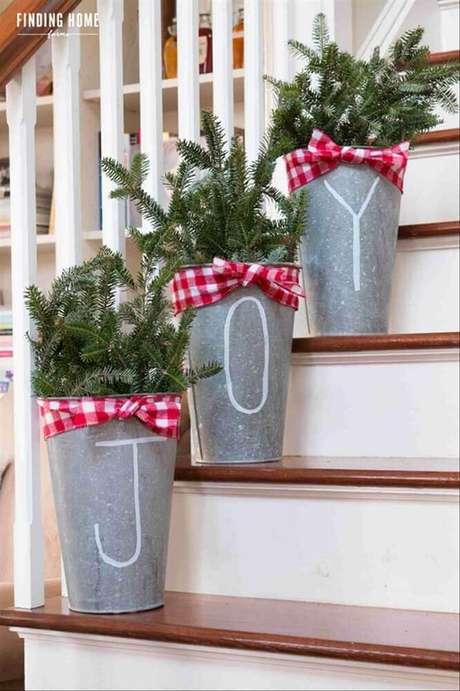 56. Em casas com escada é possível utilizar muitos enfeites de natal para deixar esse elemento ainda mais bonito. Foto: Htdevesign