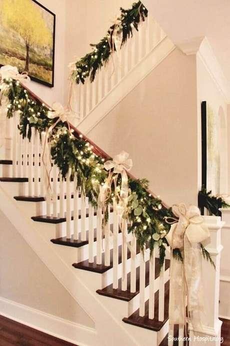 57. Decoração linda para escada com enfeites de natal. Foto: Hogar Elpino