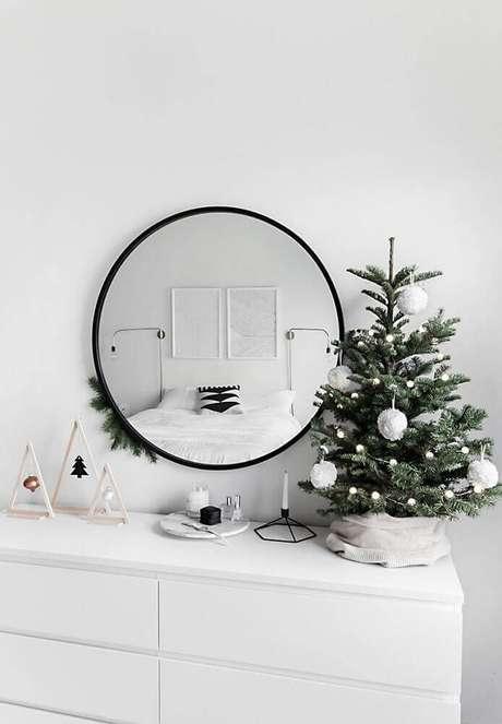 59. Decoração escandinava com enfeites de natal. Foto: Homey Oh My