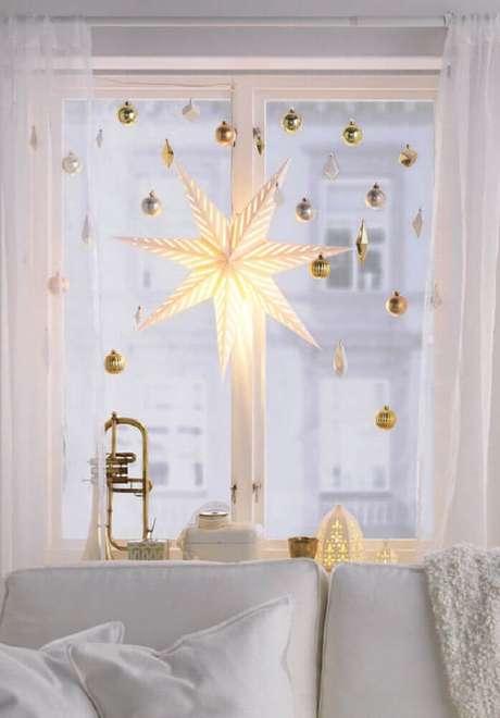 7. Decoração em tons de branco e dourado com enfeites de natal para janela. Foto: Pinterest
