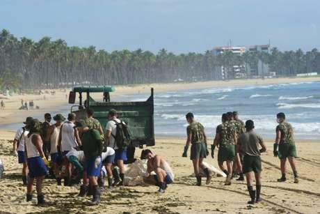 Militares começa a ajudar óleo que atinge várias praias do nordeste brasileiro