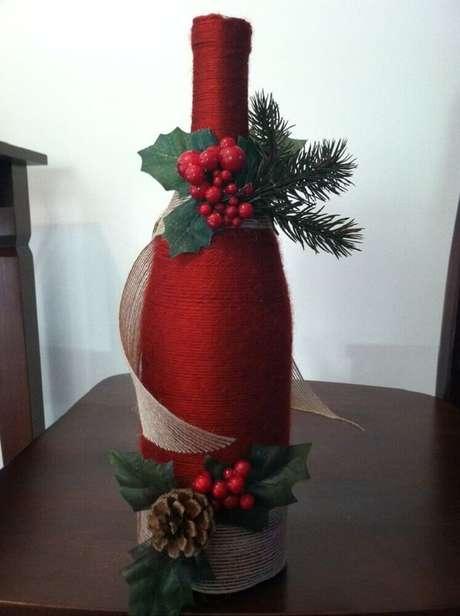 65. Sabe aquela garrafa de vinho que você tem ai em casa? Ela pode se tornar um lindo enfeite de natal. Foto: Pinterest