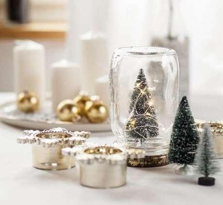 95. Enfeites de natal encantam a decoração do centro da mesa. Fonte: Pinterest
