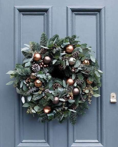 3. Pinhas, bolas e ramos formam lindos enfeites de Natal. Fonte: Pinterest