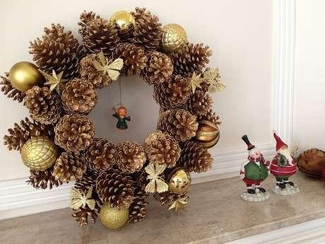 4. Guirlanda de natal feita com pinha e bolas douradas. Fonte: Pinterest