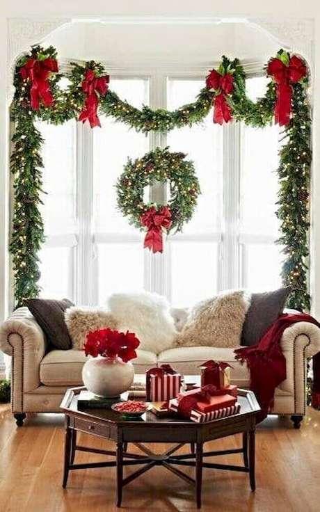 82. Guirlandas são enfeites de natal que também pode ser usados para decorar outros espaços da casa. Foto: Houses Idea