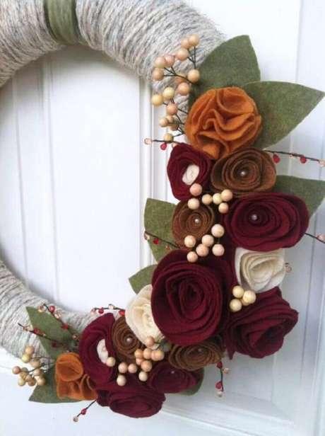 67. Decoração com linda guirlanda natalina de artesanato. Foto: Hobilendik
