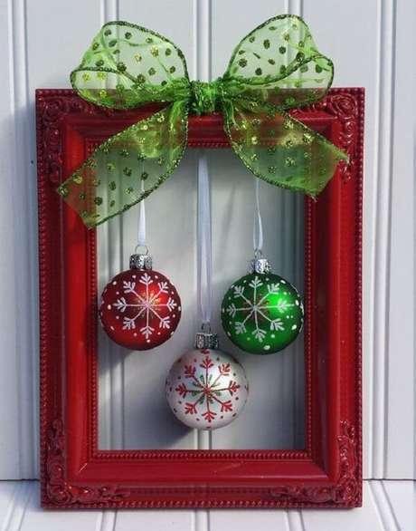 98. Moldura vazada natalina com bolas coloridas. Fonte: Pinterest