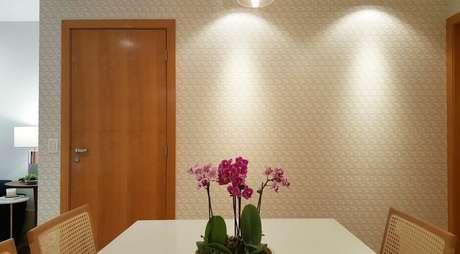 36. Esta sala de jantar usa uma parede 3D simples. Projeto de Tatiana Baroni
