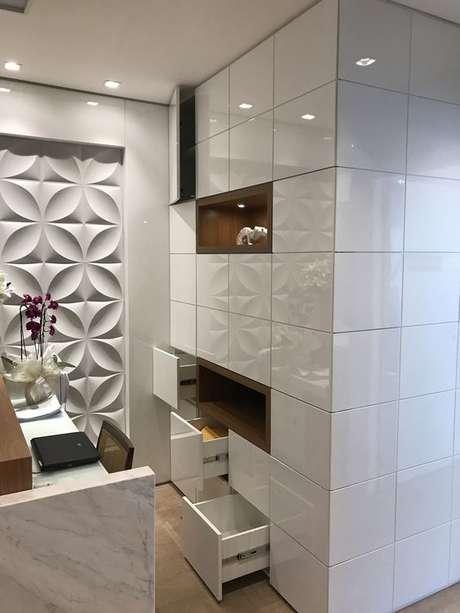 9. Decorações clássicas e modernas costumam usar a parede 3D. Projeto de Revista Viva Decora.