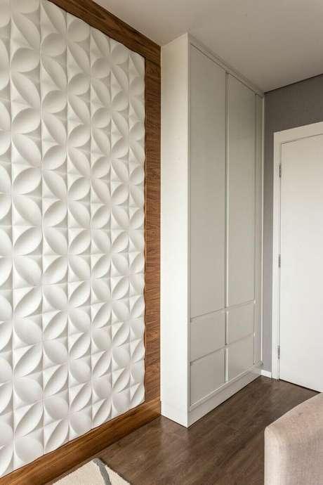 18. Todo cômodo fica mais interessante com uma parede 3D. Projeto de Shiroma e Montemór Colab Decor