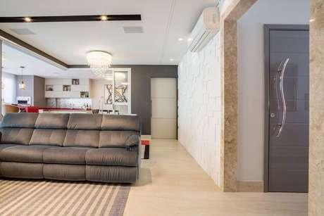 6. Sua sala pode ficar muito moderna com o papel de parede 3D. Projeto de Renata Popolo