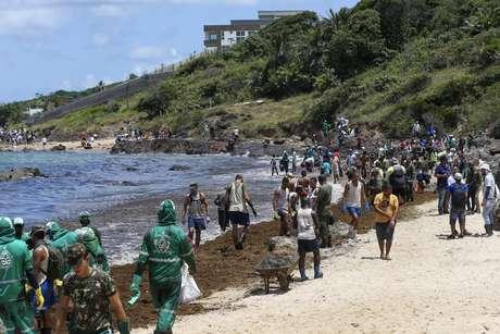 Homens do Exército começaram a ajudar na limpeza das praias atingidas óleo em Itapuama, no Cabo de Santo Agostinho (PE), nesta terça-feira, 22 de outubro de 2019
