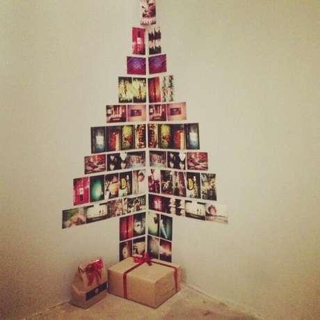 5. Ideia de enfeites de natal feito com fotos colocadas na parede. Fonte: Pinterest