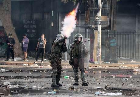 Policial dispara bomba de gás lacrimogêneo contra manifestantes em Santiago 22/10/2019 REUTERS/Ivan Alvarado