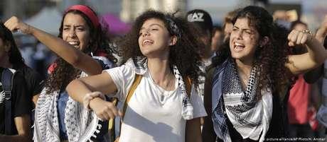 Jovens libanesas mostram força durante protestos antigoverno