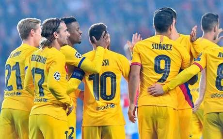 Barça comemora a vitória fora de casa (Foto: JOE KLAMAR / AFP)