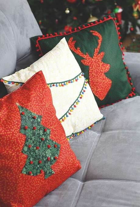 10. Invista em almofadas personalizadas para a sua decoração natalina para casas – Foto: Pinterest