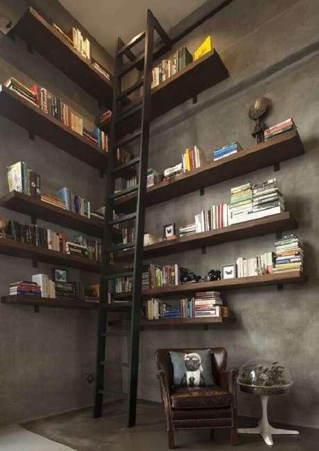 12. Ambiente com parede de cimento queimado e poltrona de couro. Fonte: Viva Decora
