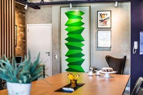 3. Ambiente com cadeira de couro e decoração de parede cimento queimado. Projeto por Revisite