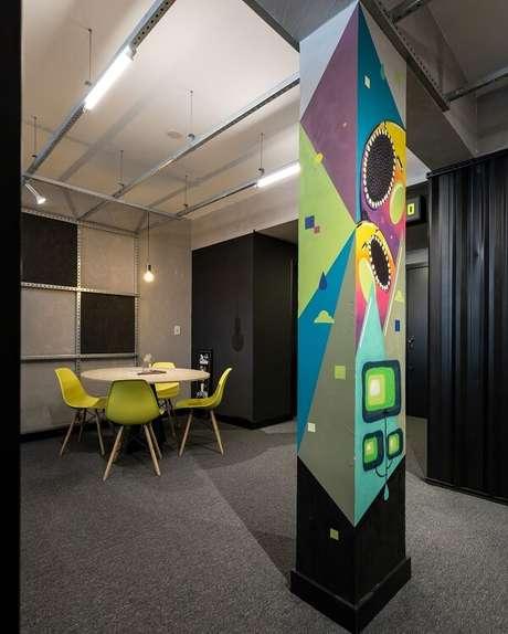 17. Ambiente decorado com parede de cimento queimado e piso de carpete. Projeto por MOV.IN Arquitetos